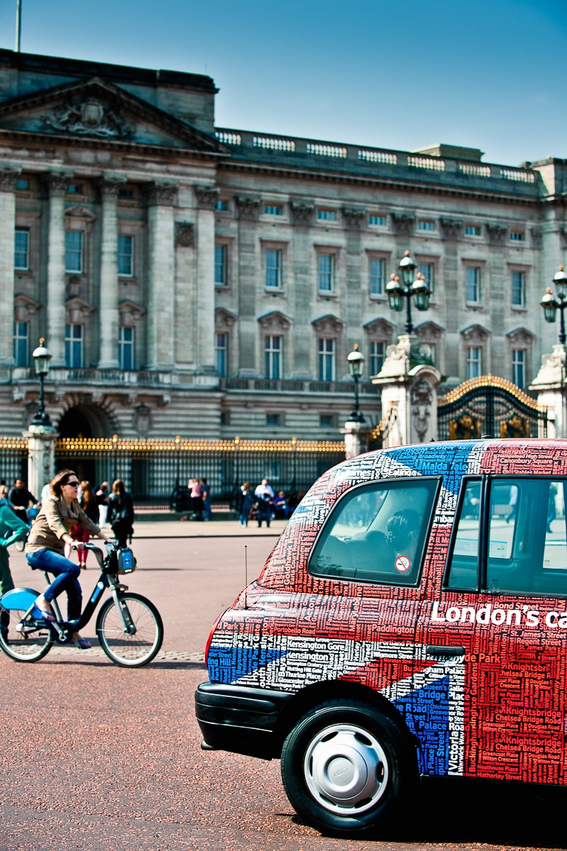 London black cab taxi union jack flag in front of Buckingham palace